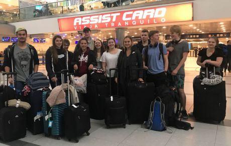 Unsere Schülergruppe sichticherschöpft am Flughafen.